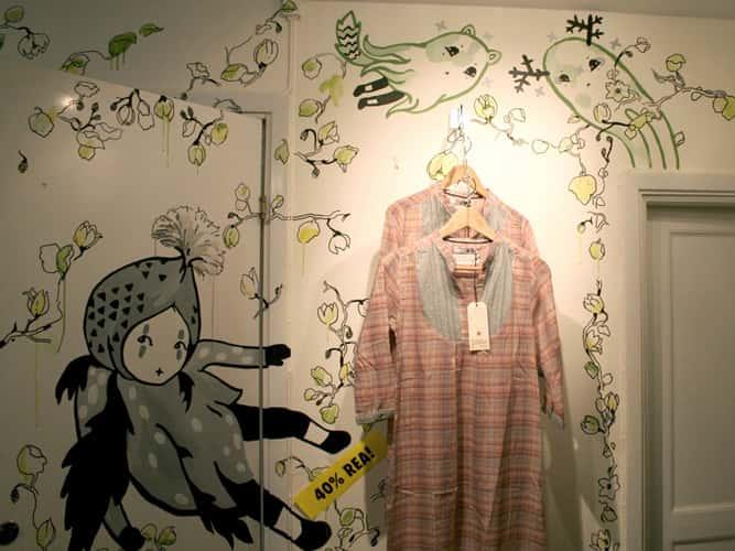 ve tranh tuong shop thoi trang 01 - Hoạ sĩ tranh tường shop thời trang đẹp mắt nhất
