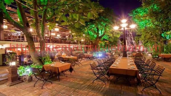 mau thiet ke nha hang san vuon 3 - Thiết kế thi công nhà hàng đẹp sang trọng