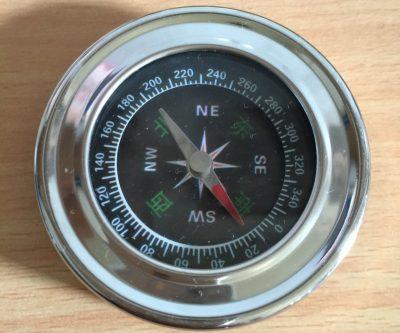 La bàn phong thủy giúp định được hướng nhà tốt hợp với tuổi mệnh của gia chủ 2 400x333 - Cách sử dụng la bàn phong thủy xem hướng nhà